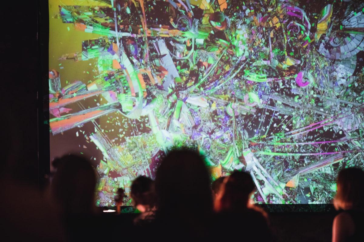 Kuvassa katsojien siluetteja värikästä animaatioelokuvan näkymää vasten TAFF -festivaaleilla